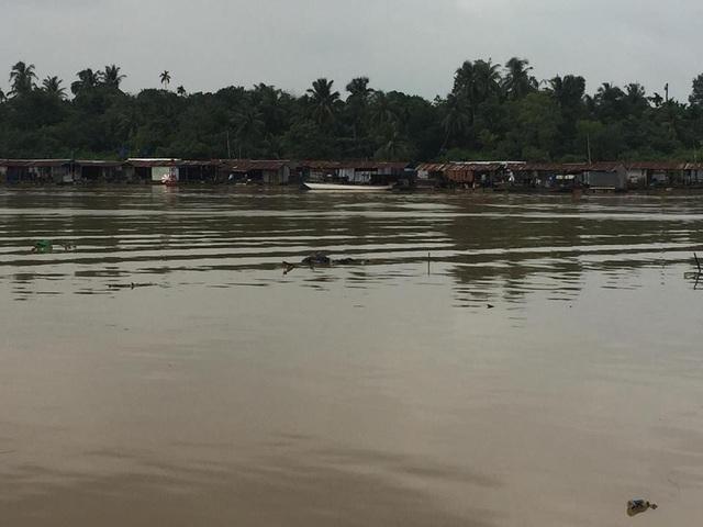 Khúc sông nơi người dân phát hiện thi thể 2 nam thanh niên.