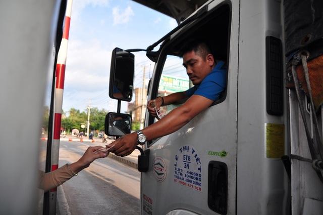 Tài xế trả tiền lẻ, trạm BOT tuyến tránh Biên Hòa xả trạm vì ùn tắc - 1