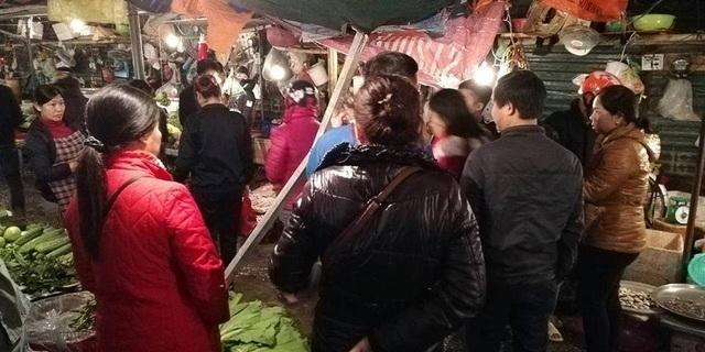 Thanh thép dài khoảng 2m lao từ trên cao xuống khu chợ đông người.