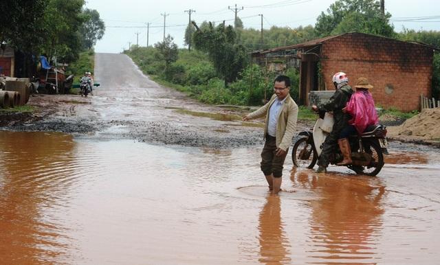 Đường biến thành sông, dân khốn khổ khi lưu thông