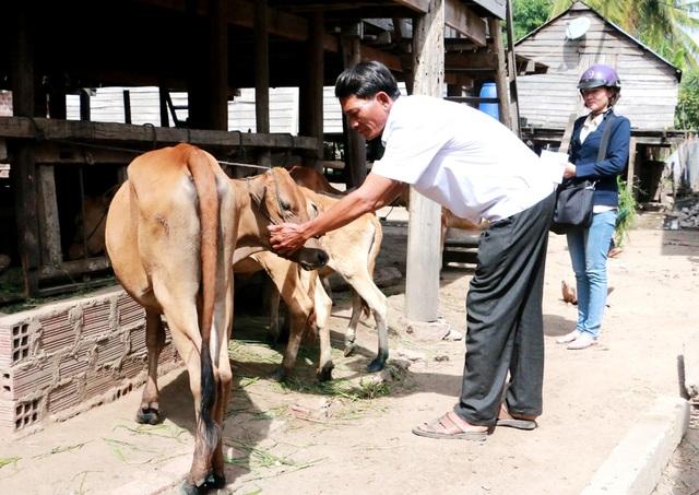 Cán bộ thú y xã và Trạm Chăn nuôi và Thú y thị xã đi kiểm tra tình hình dịch bệnh đàn bò của hộ gia đình anh Rah Lan Phuk.