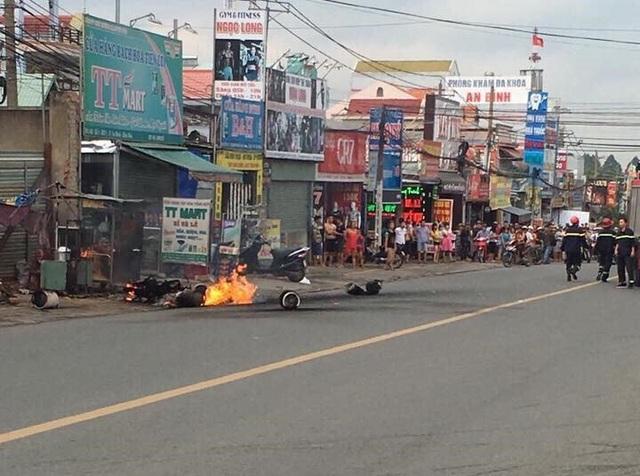 Chiếc xe máy cùng các bình gas bốc cháy