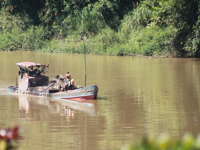 Tình trạng khai thác cát trái phép trên sông Đồng Nai, đoạn giáp ranh giữa 2 tỉnh Đồng Nai và Lâm Đồng khiến nhiều diện tích đất canh tác nông nghiệp của người dân bị sạt lở.