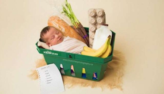 Để kỷ niệm ngày Ezra đến với thế giới theo cách hết sức đặc biệt, Ezra đã được đặt nằm trong chiếc giỏ xách hàng trong siêu thị để chụp ảnh sơ sinh.