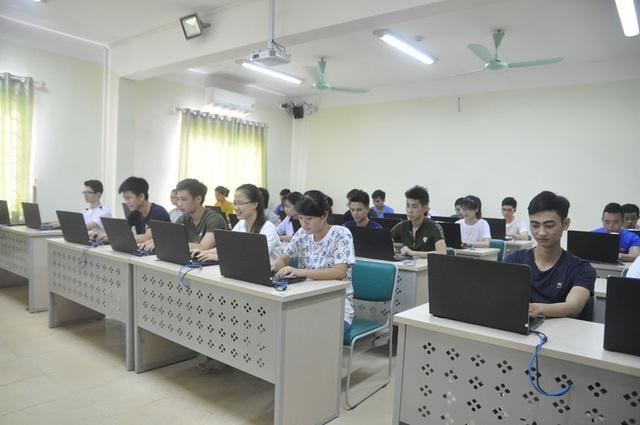 Hình ảnh tại một giờ học Tin học của sinh viên Viện Đại học Mở Hà Nội