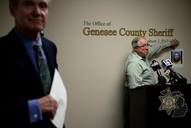 Cảnh sát trưởng Robert Pickell cho biết đã bắt giữ Lisa Corcoran vì tội trộm mộ