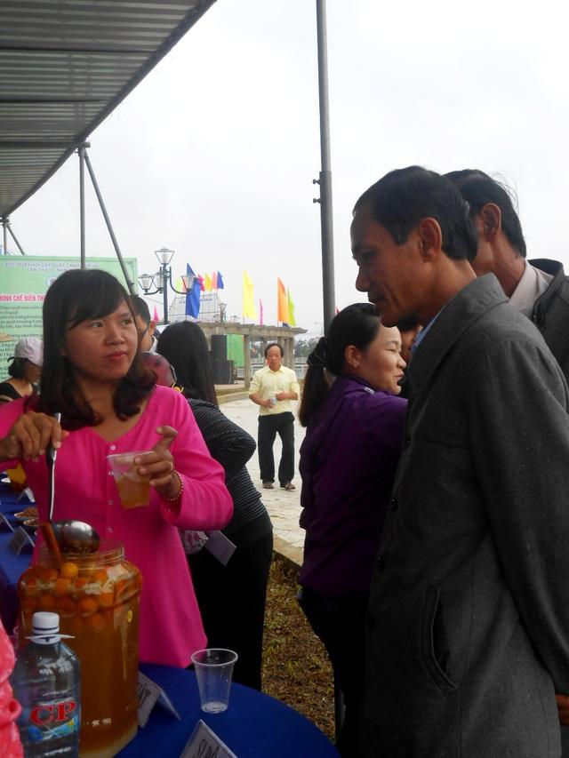 Giới thiệu rượu quật, đặc sản địa phương đến quan khách