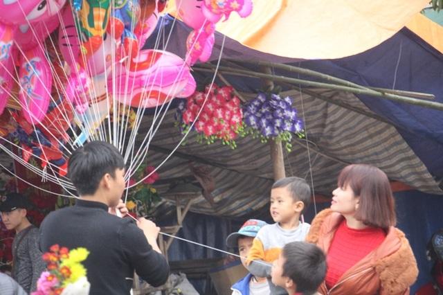 Nhiều em bé cũng được bố mẹ cho đi sắm tết. Các em khá thích thú khi được bố mẹ mua cho nhiều đồ chơi mới