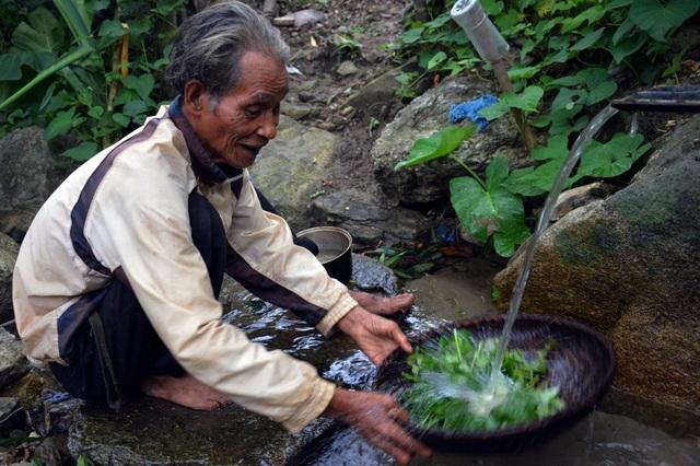 Nước sạch được ông dùng ống tre đưa về từ khe suối để nấu ăn, tắm rửa.