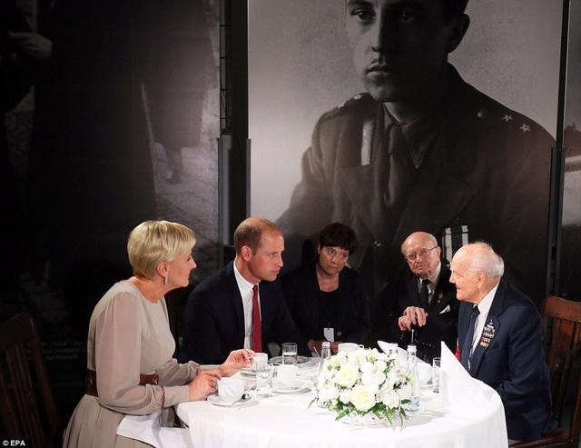 Hoàng tử Anh và Đệ nhất phu nhân Ba Lan ngồi trò chuyện cùng các cựu chiến binh từng tham gia Thế chiến II. (Ảnh: EPA)