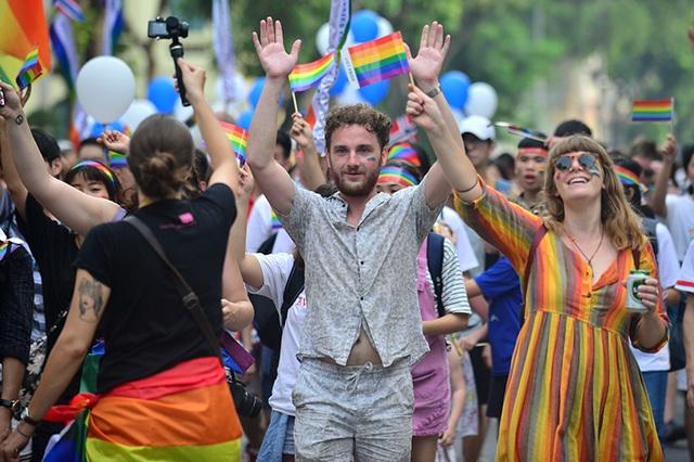 Các bạn trẻ nước ngoài nhiệt tình ủng hộ các hoạt động của cộng đồng LGBT Việt Nam