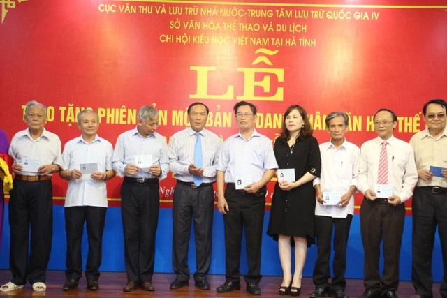 Ông Võ Hồng Hải, Phó Chủ tịch HĐND tỉnh, Phó Chủ tịch Hội Kiều học Việt Nam trao thẻ hội viên cho các hội viên