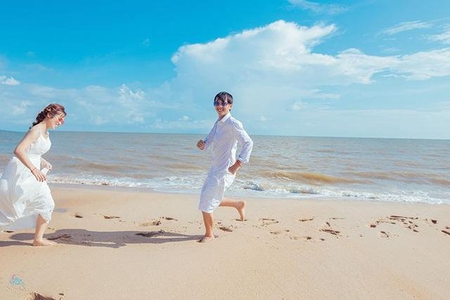 """Nhiếp ảnh gia Nguyễn Hải, người thực hiện bộ ảnh này cho biết: """"Cặp đôi đều yêu bờ cát trắng, yêu sự yên bình, nhẹ nhàng nên quyết định ghi dấu ấn tình yêu ở biển. Tất cả khoảnh khắc đều được máy ảnh bắt những cảm xúc tự nhiên nhất""""."""