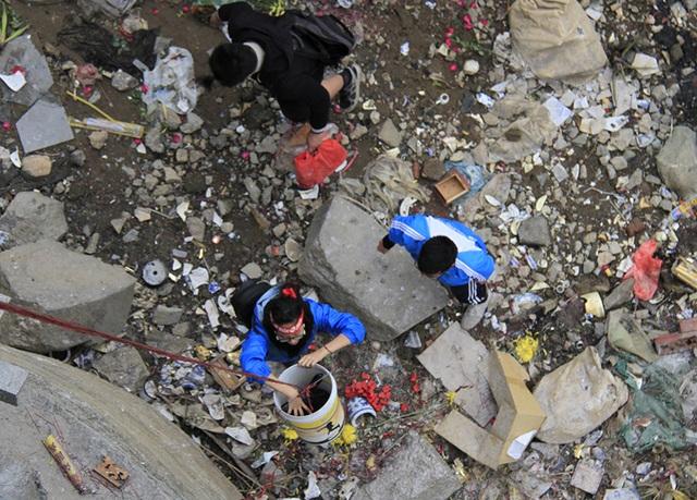 Với những người dân yêu cầu cao hơn, đội tình nguyện cho đồ vào thùng nhựa, dòng dây xuống dưới chân cầu để các bạn thả xuống sông Hồng
