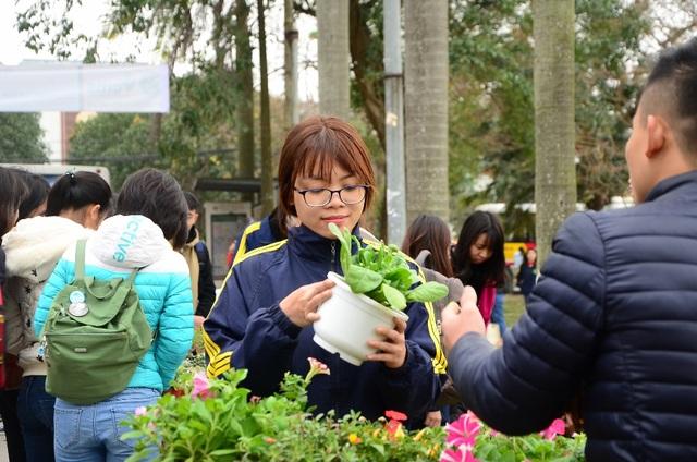 """Với mong muốn nâng cao ý thức bảo vệ môi trường, chương trình """"Đổi giấy lấy cây"""" được sinh viên Học viện Nông nghiệp Việt Nam tổ chức tại khuôn viên trường, thu hút hàng trăm bạn trẻ tham gia dịp vào dịp cuối tuần qua."""
