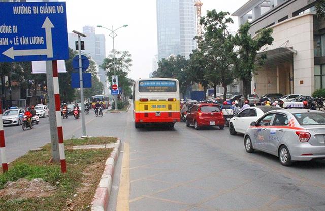 Chiếc xe buýt thường bon bon trên đường dành riêng buýt nhanh