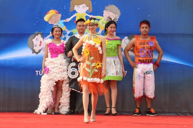 Những bộ thời trang đẹp mắt được các bạn sinh viên thiết kế từ chất liệu giấy báo, túi ni lông...