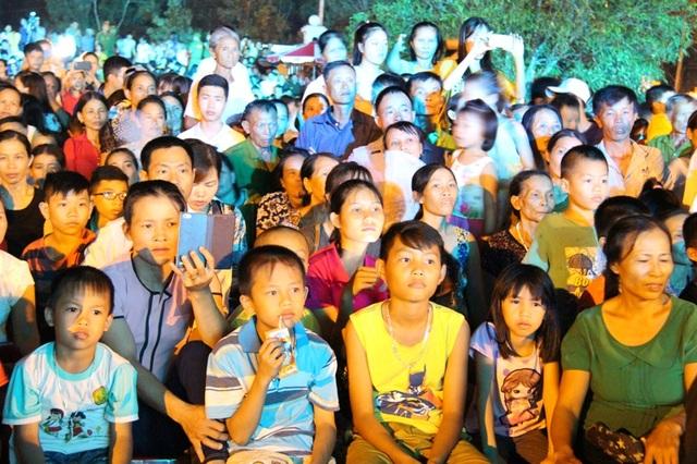 """Rất đông các cựu TNXP, người dân tới xem Chương trình nghệ thuật """"Cõi thiêng Đồng Lộc""""."""