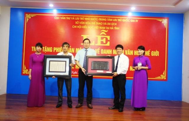 Đại diện Cục Văn thư và Lưu trữ Nhà nước, Cục lưu trữ Quốc gia IV đã tiến hành lễ trao Phiên bản mộc bản về Danh nhân văn hóa Thế giới Đại thi hào Nguyễn Du cho ngành văn hóa, thể thao và du lịch Hà Tĩnh