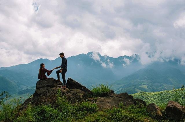 Để có được những khoảnh khắc đáng nhớ, cặp đôi đã tự kê chân máy, căn chỉnh góc chụp nơi địa hình núi đồi Tây Bắc hùng vĩ.