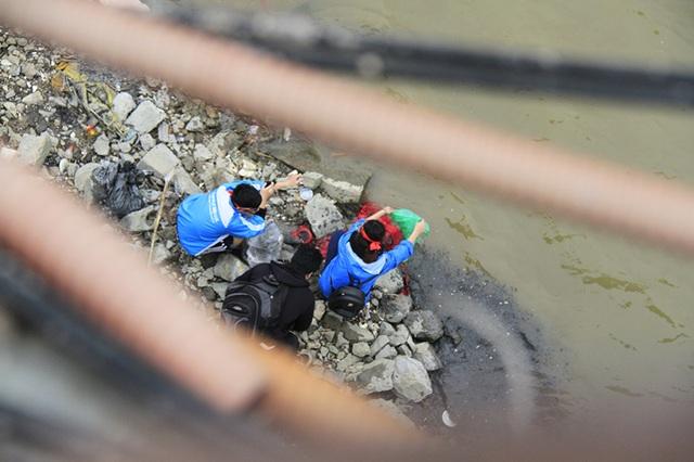 """Tình nguyện viên giúp dân """"thả cá, không thả nilon"""" - 4"""