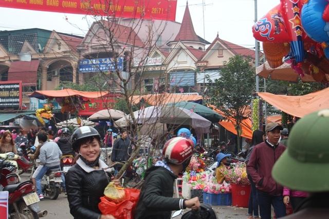 """""""Chen chân"""" sắm Tết trong phiên chợ ngày cuối năm - 31"""
