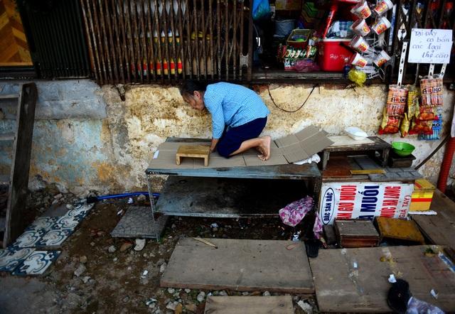 Mỗi lần muốn lên xuống bán hàng, bà Sáu phải bò bằng cả tay và chân cho an toàn.