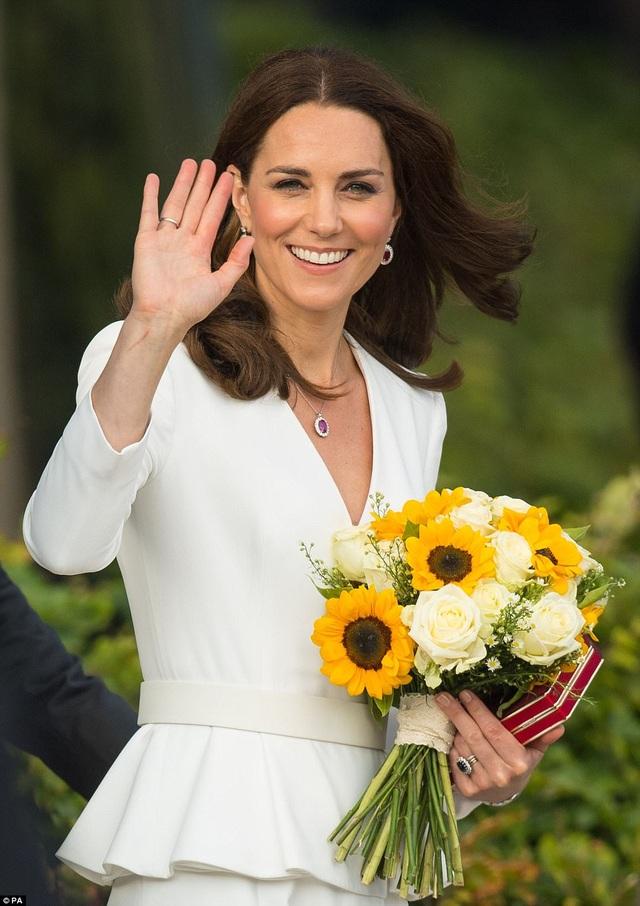Công nương Kate lựa chọn trang phục thanh lịch, kết hợp cùng trang sức đồng bộ trong chuyến công du tới Ba Lan. (Ảnh: PA)