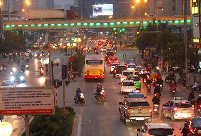 Trên đường từ Lê Văn Lương, Láng Hạ, Giảng Võ... hình ảnh này không khó bắt gặp.