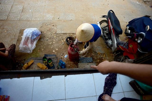 Không được xây dựng bậc tam cấp, các hộ dân đang loay hoay tìm cách khắc phục khó khăn để ổn định cuộc sống lâu dài.