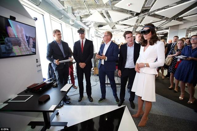 Vợ chồng Hoàng tử Anh thậm chí còn thử nghiệm một số sản phẩm công nghệ mới nhất được trưng bày tại sự kiện. (Ảnh: EPA)