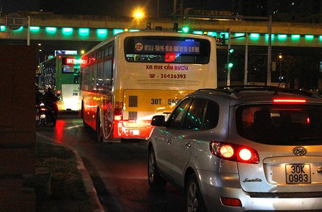 Buýt thường và ô tô 7 chỗ nối đuôi BRT chạy cho nhanh.