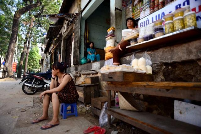 Việc buôn bán của các hộ kinh doanh thưa khách sau khi đập bỏ tam cấp.