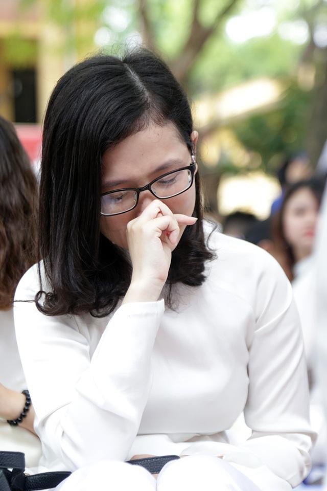 Những giọt nước mắt xúc động đã rơi khi thời khắc cuối cùng của tuổi học trò đến gần