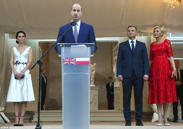 Hoàng tử William và Công nương Kate được Tổng thống và phu nhân nước chủ nhà mời dự tiệc chào mừng cùng các quan khách trong chuyến thăm Ba Lan. Hoàng tử William đã có bài phát biểu tại sự kiện này. (Ảnh: EPA)