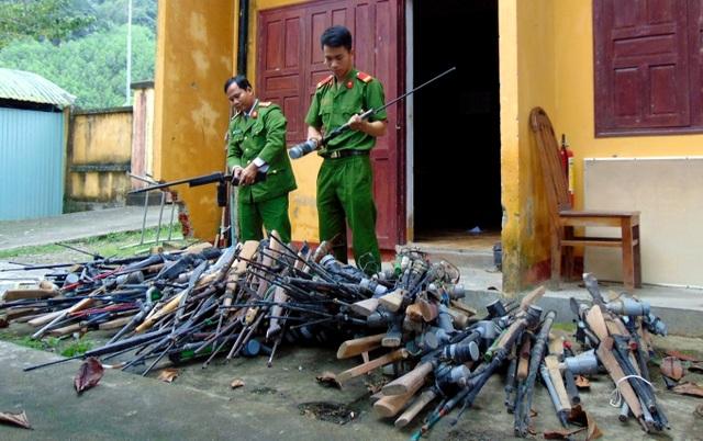 Hàng trăm khẩu súng tự chế bắn đạn được Công an huyện Nam Giang thu hồi