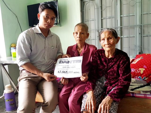 Đại diện lãnh đạo xã Duy Tân (huyện Duy Xuyên, Quảng Nam) trao tiền của bạn đọc Dân trí đến hai mẹ con bà Nhơn