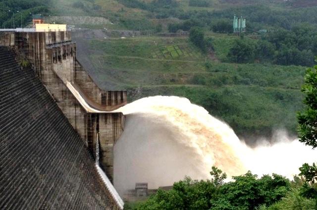 Tỉnh Quảng Nam yêu cầu loại khỏi quy hoạch những thủy điện không đáp ứng yêu cầu. Trong ảnh: Thủy điện Sông Tranh 2 xả lũ