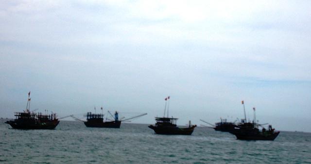 Đến sáng nay, lực lượng chức năng vẫn đang tiếp tục tìm kiếm thi thể học sinh mất tích ở biển Bình Minh