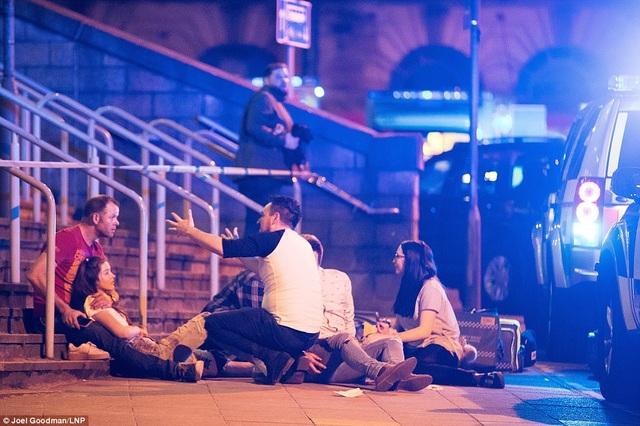 Người bị thương nằm la liệt bên ngoài nhà thi đấu Manchester. (Ảnh: Dailymail)