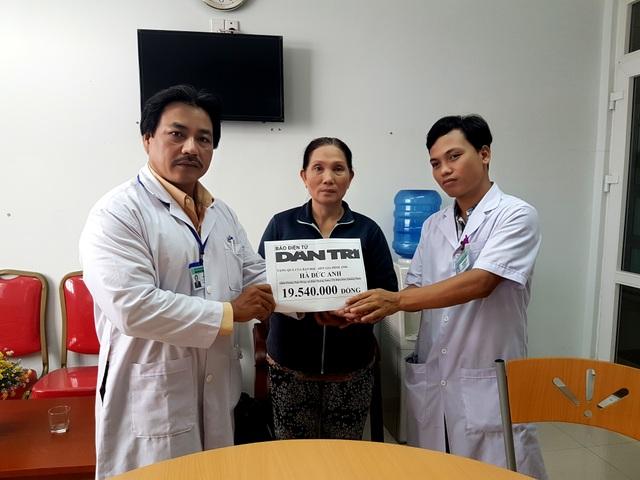 Đại diện Bác sĩ Bệnh viện Ung bướu Đà Nẵng trao tiền của bạn đọc Dân trí đến bà Mai