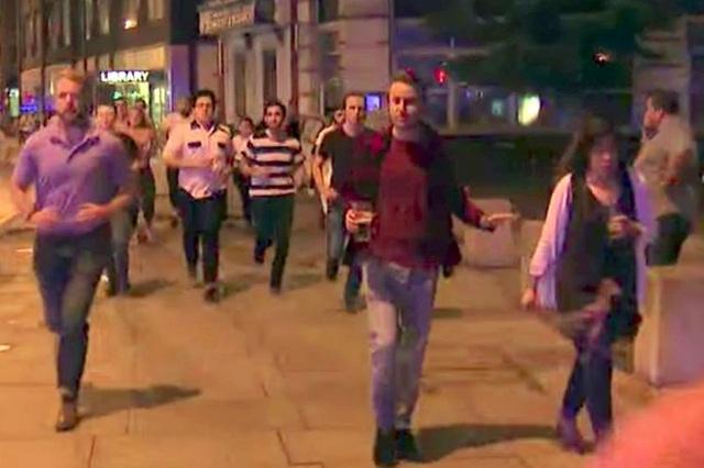 Người đàn ông cầm cốc bia trong vụ khủng bố tại London vào tối 3/6 (Ảnh: Twitter)