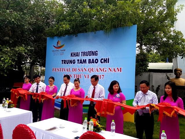 Lãnh đạo tỉnh Quảng Nam cắt băng khai trương Trung tâm báo chí festival
