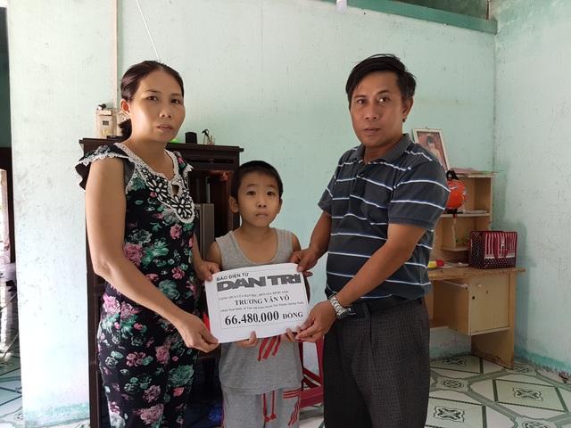 Đại diện cán bộ xã Tam Anh Nam, huyện Núi Thành trao tiền của bạn đọc Dân trí đến chị Phúc và cháu Bảo