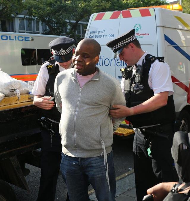 Omega Mwaikambo bị cảnh sát bắt giữ hôm 14/6 (Ảnh: Metro)