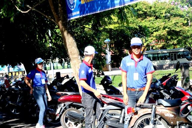 Các tình nguyện viên giữ xe miễn phí cho thí sinh và phụ huynh