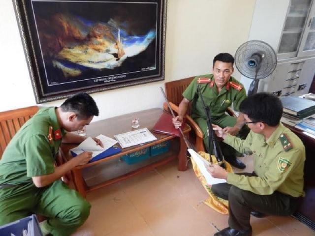 Lực lượng kiểm lâm bàn giao tang vật cho Công an huyện Bố Trạch để điều tra. (Ảnh VQG Phong Nha - Kẻ Bàng cung cấp)