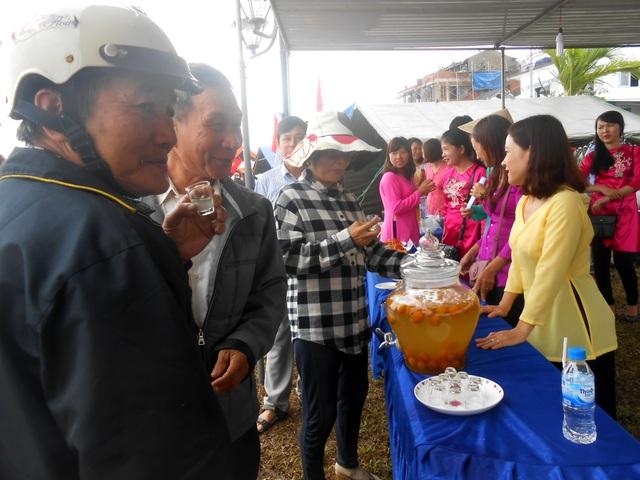 Rất đông người dân và du khách thích thú thưởng thức các sản phẩm địa phương