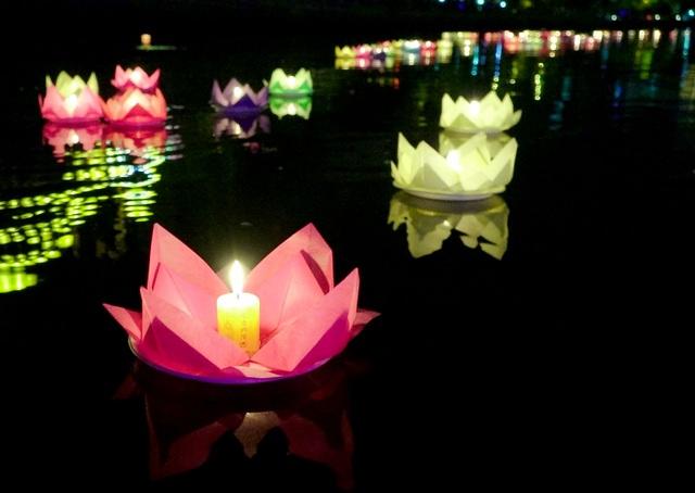 Những chiếc hoa đăng nối đuôi nhau chạy dài trên mặt nước dòng kênh Nhiêu Lộc-Thị Nghè.