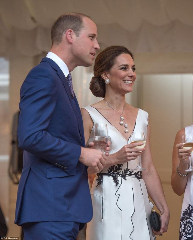 Công nương Kate tiếp tục trở thành tâm điểm khi chọn trang phục có thiết kế tôn vóc dáng và khéo léo kết hợp trang sức đồng bộ với trang phục. (Ảnh: Dailymail)